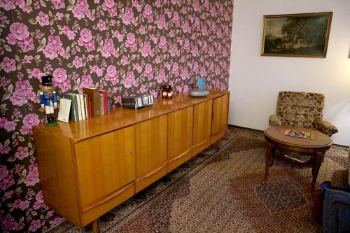 geschlossene gesellschaft trailer kultur kino ruhr. Black Bedroom Furniture Sets. Home Design Ideas